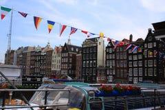Amsterdam stad, fartyg, fasader och kanaler Royaltyfria Bilder