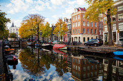 Amsterdam stadssikt med kanaler och broar Arkivfoton