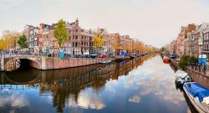 Amsterdam stadssikt med kanaler och broar Arkivfoto