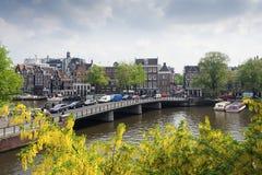 Amsterdam stadssikt och Amstel kanal Royaltyfri Foto