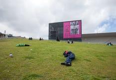 Amsterdam Stedelijk museum för modernt, samtida konst och design Ny bilaga som ses från Museumplein, folk som vilar på gräset arkivfoto
