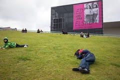 Amsterdam Stedelijk museum för modernt, samtida konst och design Ny bilaga som ses från Museumplein, folk som vilar på gräset royaltyfri foto