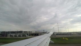 Amsterdam, terminal d'aéroport néerlandais de Schiphol et vue de piste banque de vidéos