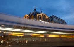 Amsterdam Tramwajowy omijanie De Bijenkorf w tama kwadracie Obrazy Stock