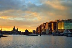 Amsterdam-Ufergegend und -Skyline bei Sonnenuntergang Stockbild