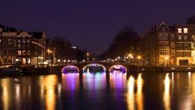 Amsterdam vid natt på Amstelen i Nederländerna lager videofilmer