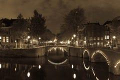 Amsterdam vid natten, canalstreets Arkivfoto