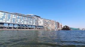 Amsterdam, visión desde el barco de placer a la arquitectura moderna y al restaurante chino almacen de metraje de vídeo