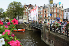 Amsterdam, water canal next to the houses Royalty Free Stock Photos