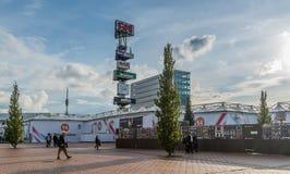 Amsterdam, Wrzesień 17th 2017: gościa walkingin przód zdjęcia royalty free