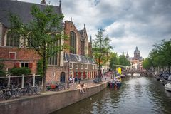 Amsterdam, z kwiatami i bicyklami na mostach nad kanałami, Holandia, holandie Fotografia Stock