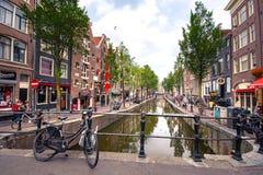 Amsterdam, z kwiatami i bicyklami na mostach nad kanałami, Holandia, holandie Obrazy Stock