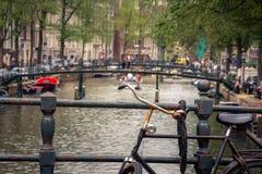 Amsterdam, z kwiatami i bicyklami na mostach nad kanałami, Holandia, holandie Obrazy Royalty Free