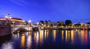 Amsterdam, z kwiatami i bicyklami na mostach nad kanałami, Holandia, holandie Fotografia Royalty Free