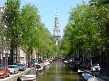 Amsterdam ześrodkowywa - kanałowego Groenburgwal z kościelnym Zuiderkerk Zdjęcie Royalty Free
