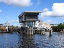 Amsterdam zmierzchu miasta linia horyzontu przy kanałowym nabrzeżem, Amsterdam, holandie zdjęcie stock