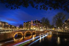 Amsterdams Kanal nachts stockbild