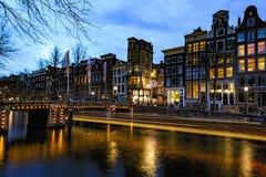 Amsterdams Kanal nachts lizenzfreies stockfoto