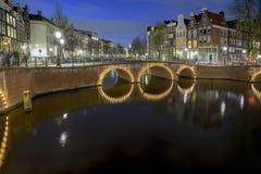 Amsterdams Kanal nachts stockfoto