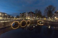Amsterdams Kanal nachts stockfotografie