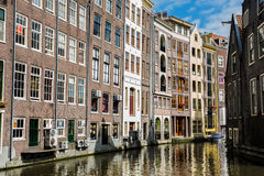Amstredam在水运河附近的大厦建筑学 免版税库存图片