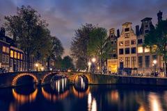 Amterdam运河、桥梁和中世纪房子在晚上 库存图片