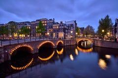 Amterdam运河、桥梁和中世纪房子在晚上 库存照片