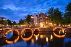 Amterdam-Kanal, Brücke und mittelalterliche Häuser am Abend stockfoto