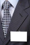 Amtliches Klagefragment mit unbelegtem Abzeichen auf ihm. Lizenzfreies Stockbild