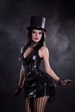 Amulet jonge vrouw in zwarte kleding en tophat Stock Foto's