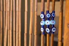 Amuleti blu variopinti sulla decorazione di bambù d'attaccatura della porta Fotografie Stock