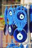Amuleto azul nacional tradicional turco a proteger contra a vista má fotografia de stock