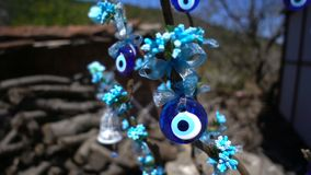 Amuleto colorido de la gota del mal de ojo en ?rbol metrajes