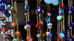 Amuleto colorido de la gota del mal de ojo en ?rbol almacen de video
