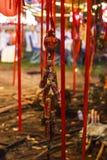 Amuleto do ornamento do ano novo de Lucky Chinese com ` do ANO NOVO FELIZ do `, CUMPRIMENTOS do ` PARA VOCÊ ` CALMO do ` do ` imagens de stock royalty free