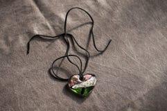 Amuleto magico di legno sotto forma di cuore Fuoco selettivo Fotografie Stock Libere da Diritti