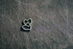 Amuleto mágico de madeira na forma do coração Foco seletivo Foto de Stock