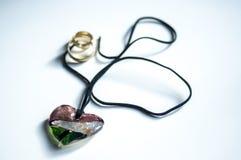 Amuleto mágico de madeira na forma do coração Foco seletivo Fotografia de Stock