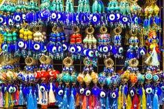 Amuletos do olho mau no mercado em Istambul imagens de stock
