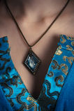 Amulette sur un cou photos stock
