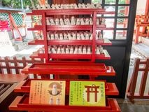 Amuletter hastar den Jinja relikskrin, Tokyo, Japan arkivfoton