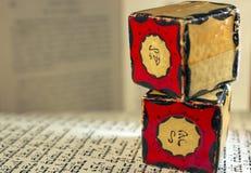 amuletter stänger upp tefillin royaltyfri foto