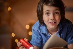 Amused感兴趣与书的孩子 图库摄影