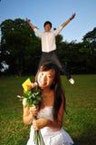 amusement asiatique de couples ayant le stationnement Images stock