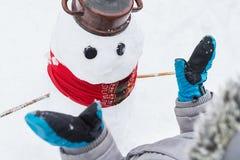 Amusement authentique d'hiver de famille Enfant en bas âge construisant un bonhomme de neige Vraie image franche de mode de vie d Photo libre de droits