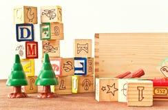 Amusement avec des blocs de jouet Image stock