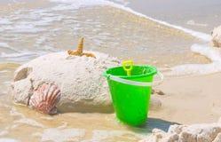 Amusement avec des jouets sur la plage Images stock