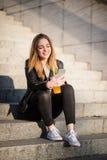 Amusement avec le mobile et la boisson Photo libre de droits