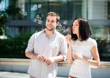 Amusement avec le ventilateur de bulle Images libres de droits