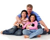 Amusement avec les animaux familiers de famille Photos stock